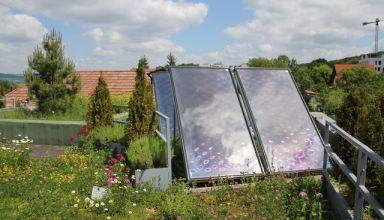 Acoperiș verde biosolar cu panouri solare