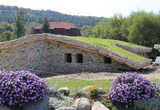 Acoperiș verde biodivers la castelul de lut din Porumbacu