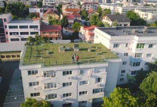 Acoperiș verde pe un bloc vechi din București